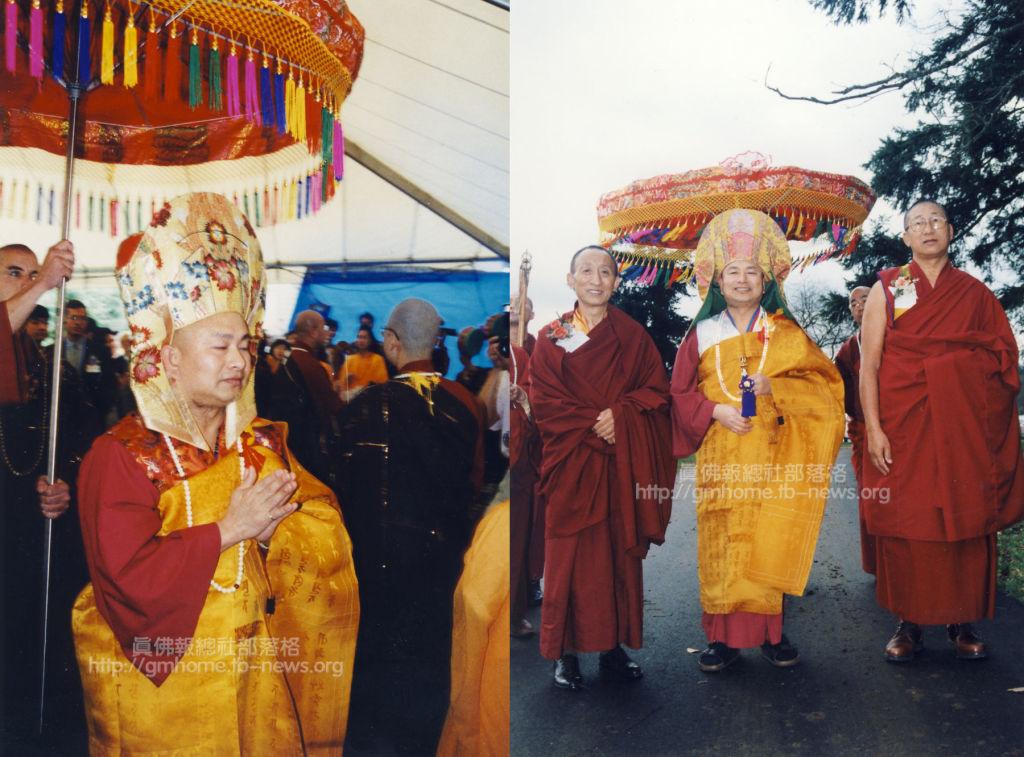 在西雅圖大法會聖尊蓮生活佛旁為貴賓金美仁波切(左一)、丹巴拉格西(右一)。A00-02_w_r