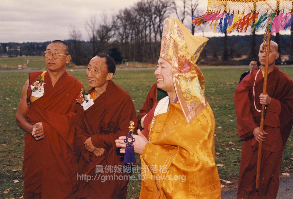 在西雅圖秋季大法會弟子們恭迎主壇聖尊蓮生活佛盧勝彥。左二位為貴賓金美仁波切(左二)、丹巴拉格西(左一)。A00-03_w_r