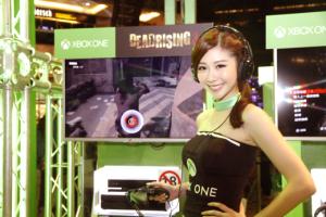 台灣微軟提前在9月22日開放銷售Xbox One,在此次活動也邀請藝人張景嵐化身賽車女郎帶動現場氣氛。p1023-a3-02