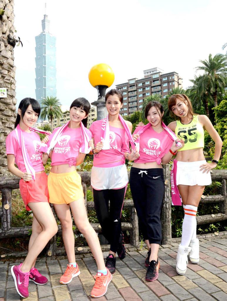 2014 Sweets Run 甜蜜路跑台北場即將於10月18日在圓山花博開跑,為了讓媒體朋友們提前體驗「開心嚐甜點、快樂跑步趣」的雙重療癒氛圍,主辦單位特地舉行暖身試跑記者會,特別邀請台灣第一美魔女張婷媗、三立《就是要你愛上我》演員林珈安、國民美少女團體Dears(如右圖)等暖身試跑、試嚐甜點。