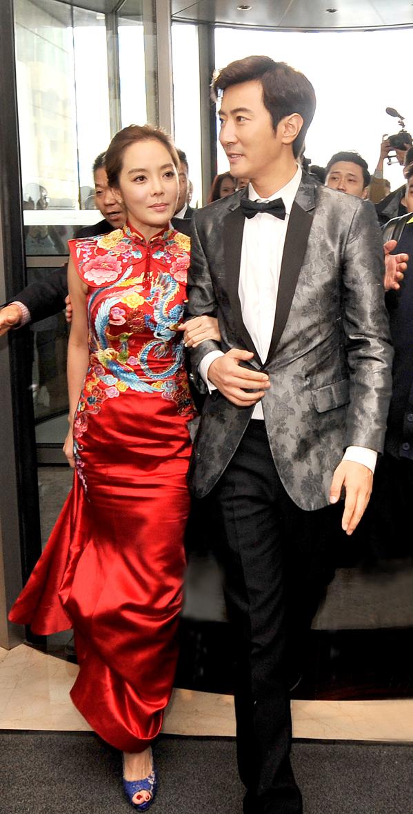 蔡琳梅開二度再嫁高梓淇。蔡琳穿著紅色改良式旗袍。p1026-a8-01